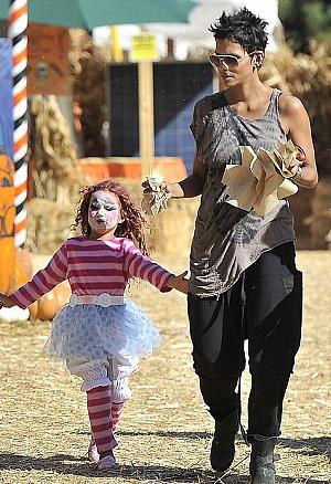 Холли Берри смешно отметила Хэллоуин (фото)