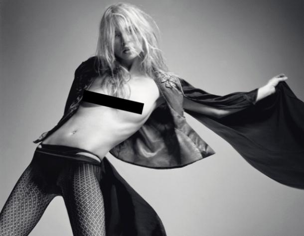 Кейт Мосс никогда не стеснялась раздеться ради хорошего снимка. Это фото было сделано в 2005 Дэвидом Симсом для обложки французского Vogue. На нем Кейт 39 лет. Эксперты оценили фото в 10 000 – 15 000 фунтов стерлингов.
