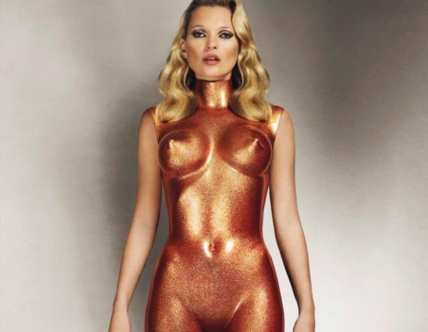 Кейт Мосс была одной из самых знаменитых фигур в моде 90-х годов. Теперь модель может заработать немалые деньги, выставляя свои снимки на аукцион. 25 сентября уйдет с молотка фотография Аллена Джонса, сделанная в 2013 году. На ней Кейт Мосс заключена в блестящее, откровенное, бронзовое боди. По оценкам экспертов снимок будет продан за 20 000 – 30 000 фунтов.