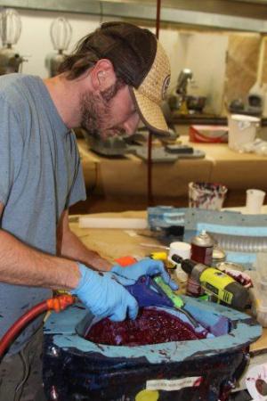 Когда мы определимся, из какого материала мы будем делать каждую деталь, настает время для покраски и приведения их в вид, пригодный для съемок. Это довольно утомительный процесс, учитывая количество используемых материалов.