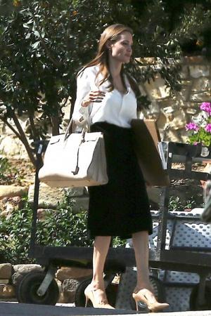 Джоли показала свои худые ноги