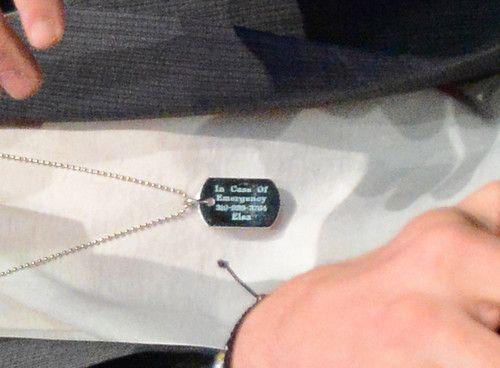 Крис Хемсворт носит на шее номер жены