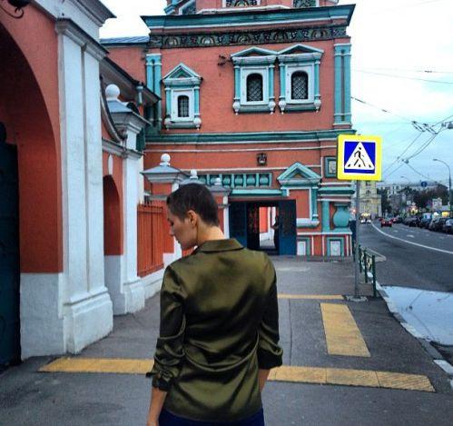 Лысая Мария Кожевникова гуляет по городу