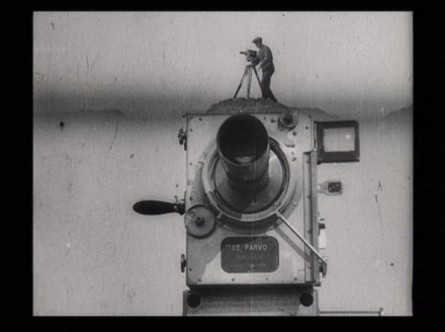 """ФИЛЬМ, ОКАЗАВШИЙ САМОЕ БОЛЬШОЕ ВЛИЯНИЕ НА МИРОВОЕ КИНО. """"ЧЕЛОВЕК С КИНОАППАРАТОМ"""". ДЗИГА ВЕРТОВ. Дзига Вертов, может быть, главный изобретатель советского кино. Фильм """"Человек с киноаппаратом"""" — одна из вершин монтажной мысли. Это огромный эксперимент, в котором из массы отснятых не связанных друг с другом сцен на монтажном столе родилось произведение искусства. Фильм называют симфонией монтажа и сравнивают с джойсовским """"Улиссом"""". В """"Человеке с киноаппаратом"""" Вертов отказывается от титров, сценария, декораций и актёров, считая эти элементы не кинематографичными. Он очищает фильм от литературы, живописи и театра, оставляет в своём арсенале исключительно средства съёмки и монтажа. И тем самым создаёт """"чистое"""" кино."""