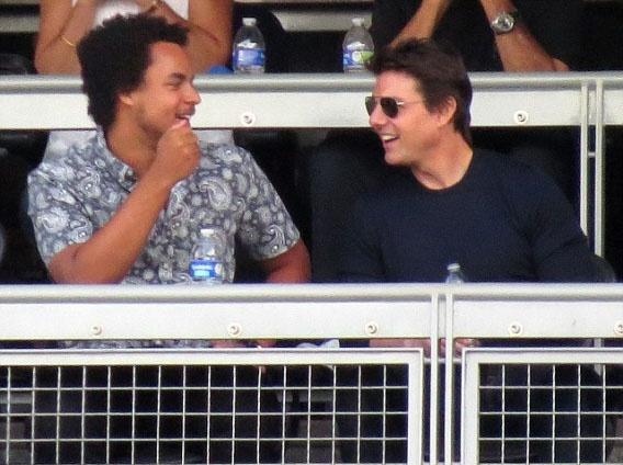 Том Круз со своим 18-летним сыном на бейсболе