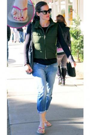 Дженнифер Гарнер и её палец на правой ноге