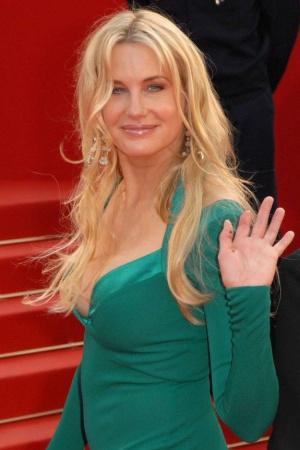 У актрисы Дерил Ханны нет фаланги на левом указательном пальце.
