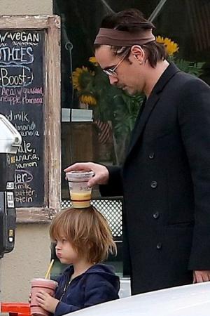Колин Фаррелл на прогулке с младшим сыном