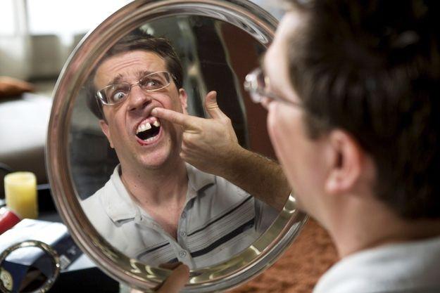 Для того, чтобы изобразить недостающий зуб у героя Эда Хелмса в фильме