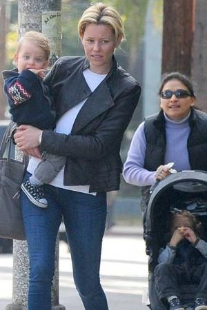 Элизабет Бэнкс на прогулке с сыновьями