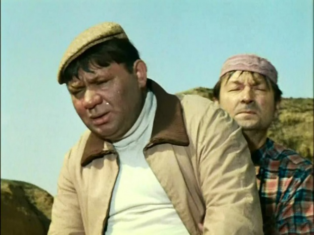 Кадр, когда Евгений Леонов едет на верблюде, снимался так: режиссер предложил дрессировщику посадить себе на плечи актёра, спрятаться за верблюда и шагать с ним рядышком. Дело в том, что у Леонова никак не получалось взгромоздиться на верблюда Бориса. Забавная история произошла, когда снимали сцену, в которой Борис плюет в Крамарова. На самом деле никакого плевка, конечно, не предполагалось. Планировалось так: в одном кадре верблюд вытягивает губы, а в следующем – показывают Крамарова, облитого пеной для бритья. Но Крамаров так гримасничал и дразнил Бориса, что тот плюнул в него по-настоящему, от души. Великий актер долго потом отмывался!