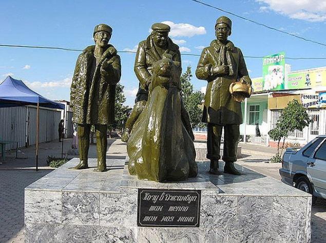 В городе Джамбул (Казахстан), который упоминает Василий Алибабаевич, ныне переименованном в Тараз, установлен памятник