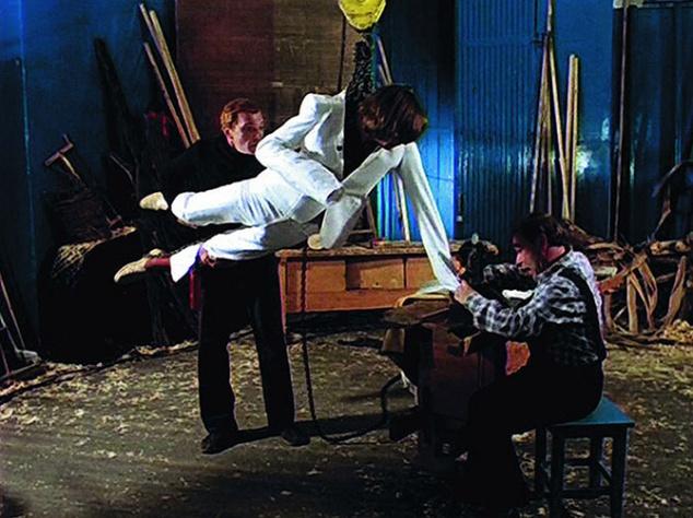 """Идея белого костюма, в котором щеголял Александр Абдулов (шедевральное """"Главное, чтобы костюмчик сидел""""), заимствована из фильма """"Лихорадка субботнего вечера"""" (1977). В этом фильме такой же костюм достался главному герою в исполнении Джона Траволты."""