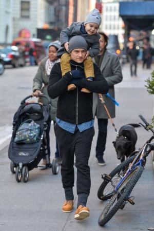 Заботливый папа Орландо Блум с сыном на прогулке