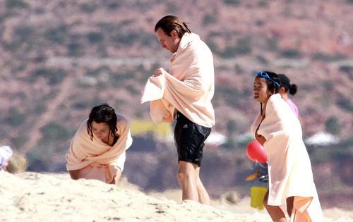 Юэн МакГрегор на отдыхе с семьей