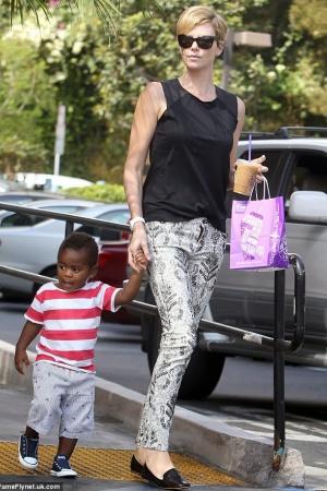 Шарлиз Терон со своим ребенком