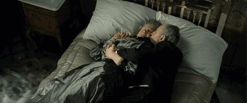 Сцена, в которой пожилая пара лежит на кровати, когда вода заполняет каюту, -это дань памяти Иде и Айсидору Штрауссам, владельцам магазина Macy, которые погибли после кораблекрушения.