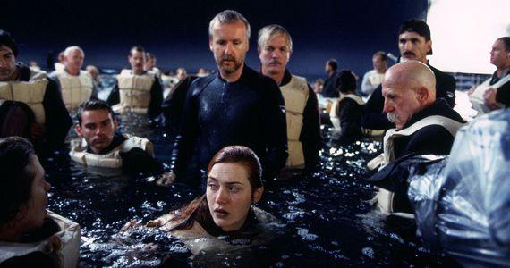 Кейт Уинслет-единственная, кто не надевала гидрокостюм во время съемок. Из-за этого она заработала пневмонию и ей едва не пришлось отказаться от съемок