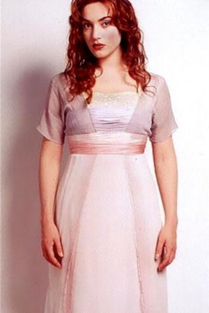 Платье Роуз в финальной сцене одинаково хорошо выглядит и сухим, и мокрым. До того, как остановиться на этом варианте, дизайнер костюмов Дебора Линн Скотт сделала 24 похожих экземпляра платья