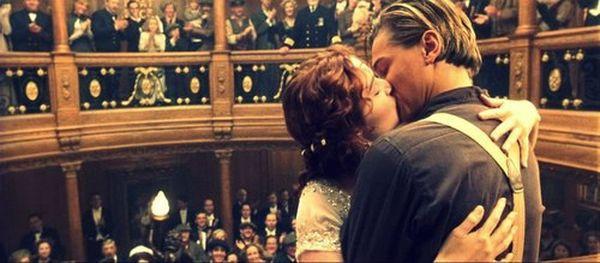Во время финальной сцены, где Роуз встречает Джека Доусона, на часах 2.20- именно в это время Титаник затонул.