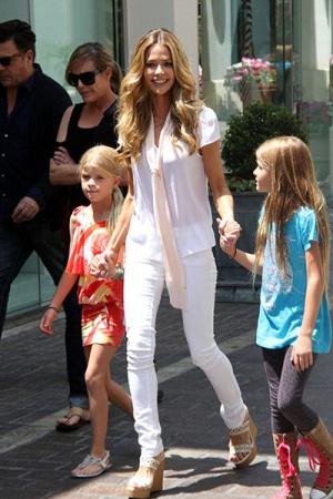 Дениз Ричардс и ее дочерям пришлось переехать из-за Чарли Шина