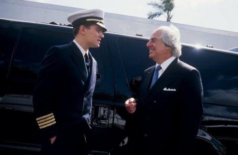 """В эпизоде """"Поймай меня, ели сможешь"""" героя ДиКаприо Фрэнка Абигнейла арестовывает французский полицейский, которого на самом деле зовут Фрэнк Абигнейл младший."""