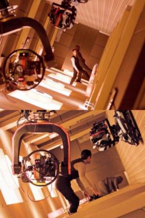 В сценах с вращающимся коридором и с водой, разбивающей стекла, в фильме