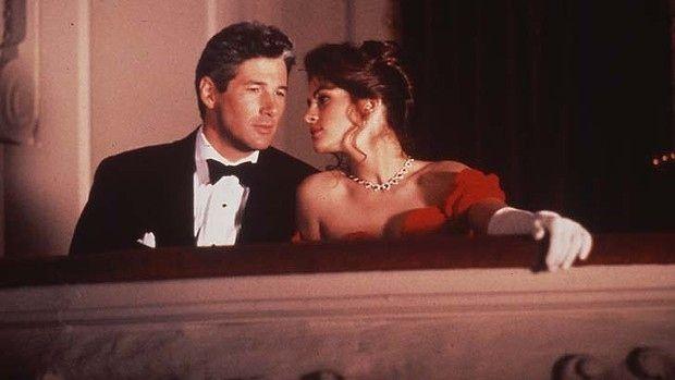 Опера, которую они смотрят, называется La Triviata. Она о том, как богатый мужчина влюбляется в проститутку... Ничего не напоминает?