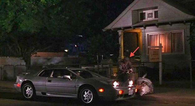 Бездомный мужчина, у которого герой Ричарда Гира спрашивает дорогу, на самом деле режиссер Гэри Маршалл.
