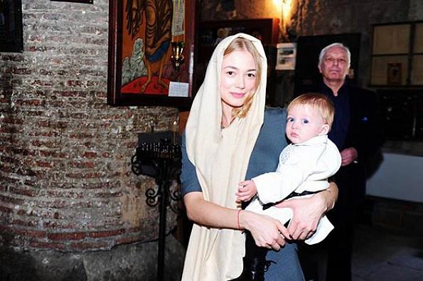 Акиньшина показала фото с крестин годовалого сына