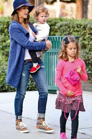 Джессика Альба с семьей на прогулке в парке