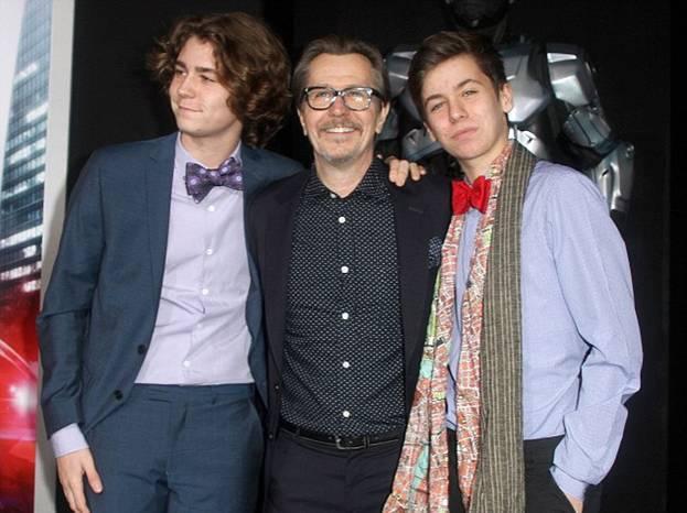 Гари Олдман с сыновьями пришел на премьеру фильма