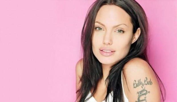 """Имя и фамилия бывшего мужа Билли Боба Торнтона вместе с китайским драконом украшало руку голливудской красавицы Анджелины Джоли с 2000 года. В 2005 году она решила, что незачем больше носить на себе имя того человека, которого больше с ней нет. Сразу после расставания с супругом, она свела татуировку, на месте её вскоре появились надписи географических координат тех мест, в которых родились её дети. """"Я больше не сделаю такой глупости, не напишу имя мужчины на своём теле"""" – заявила она тогда."""