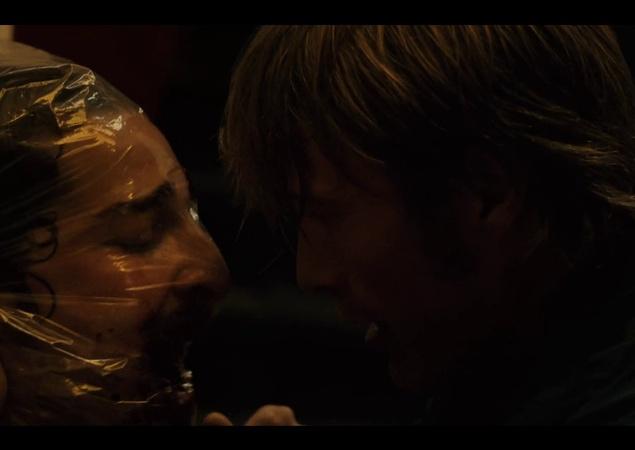 """Драматический триллер """"Влюбиться до смерти"""". Главного героя преследуют смерть незнакомых ему людей и странные видения. Вдобавок он влюбляется в молодую виолончелистку, которой угрожает бывший муж. Теперь герой втянут в странную и опасную игру…"""