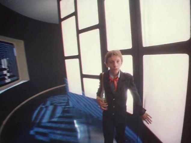 """Для освещения коридоров """"будущего"""" обошлись стандартными в то время лампочками накаливания. Их вставляли в специальные короба из матового стекла, и вуаля — получалось весьма футуристичное по тем временам освещение."""