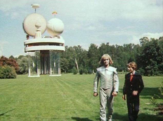 Утопающий в зелени вход в Институт времени снимали в Ботаническом саду Москвы. А вот само здание учреждения — не более чем макет высотой около 50 см. Его подвешивали на тросах и перспективно совмещали с поляной, на которой якобы стоял институт.