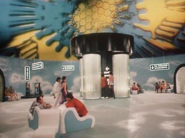 """По словам художника-постановщика фильма Ольги Кравчени, то, что сегодня с легкостью делается на компьютере, тогда приходилось долго и кропотливо создавать вручную. Взять тот же космопорт. Для общих планов кинематографисты нарисовали его верхнюю часть, которую затем на пленке необходимо было совместить с нижней частью декорации. """"Кино снимали на пленке, на которой надо было работать с """"масками"""", то есть снимали одну часть изображения, а потом """"впечатывали"""" другую. Нужно было также совместить свет, цвет на обоих изображениях, чтобы линия соединения была незаметна. Работа многих профессий, включая художника-постановщика, комбинаторов, художника по костюмам, гримера соединялась в одно единое целое под руководством главного оператора картины"""", — вспоминает Ольга Кравченя."""
