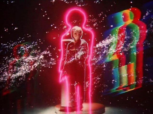 С машиной времени связан самый передовой для советского кино того времени видеоэффект. Помните молнии, радуги, звезды и контурные линии, сопровождавшие путешествие Коли во времени? Все это делалось вручную. Оптические эффекты создавались в лазерной лаборатории, снимались на пленку, а затем кадры сложным способом комбинировались. На создание одного такого кадра уходил в лучшем случае месяц.