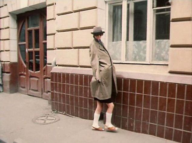 В буквальном смысле тяжелую ношу пришлось нести Алексею Фомкину, неподражаемому Коле Герасимову. Помните четвертую серию, в которой Алиса, взгромоздясь на плечи своей подруги Юли Грибковой и надев длинный плащ, изображает высоченную даму в огромных темных очках? Исполнительница роли Юли физически не могла носить Наташу Гусеву. На помощь пришел Алексей Фомкин. На него надели гольфы, сандалии, школьную форму, усадили ему на плечи Алису и отправили дефилировать по улице.