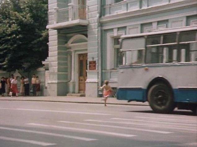 """А вот в эпизоде, где Алису сбивает троллейбус, снималась девочка-каскадер. Она бежала с одной скоростью, а прямо перед """"ударом"""" троллейбуса ускорялась, убегая дальше. При этом зритель не видит момент """"столкновения"""", поскольку кадр перекрыт троллейбусом. Впрочем, если вы внимательно посмотрите, то увидите и легкий бег, и момент ускорения, и мелькающие за троллейбусом ноги (дело было в конце второй серии)."""