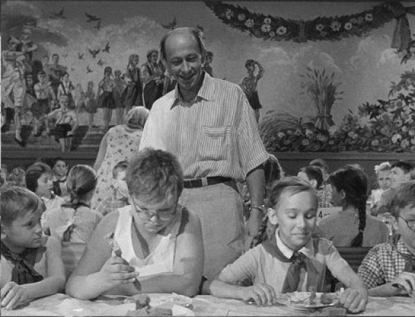 """В роли директора лагеря Дынина Элем Климов, как он сам признавался, видел только Евгения Евстигнеева. """"В те годы я дневал и ночевал в """"Современнике"""", смотрел не только все спектакли - все репетиции, - рассказывал режиссер. - А в дарование Евстигнеева просто был влюблен. Тогда в кино он еще почти не снимался. Мне говорят: """"Евстигнеева - ни в коем случае"""". Начали предлагать характерных актеров с глупыми рожами - ясно, так можно характер Дынина укоротить до размеров дурака. Что с дурака взять? Ведь не я один ходил в """"Современник"""". Всем было очевидно: Евстигнеев привнесет в фильм социальную тему. В общем, приказывают: """"Кто угодно, только не он"""". """"Ну, тогда, кто угодно, только не я"""", - отвечаю. И ухожу. Похоже, моя наглость обескуражила… Согласились… Мне хотелось не столько обвинять, сколько защитить детей, которых так нелепо оболванивали. Помните транспарант, мелькающий на протяжении всей картины - """"Дети - хозяева лагеря!"""". Мы все жили под транспарантами """"Мы - хозяева своей страны!"""" Но как не были ими, так и не стали..."""""""