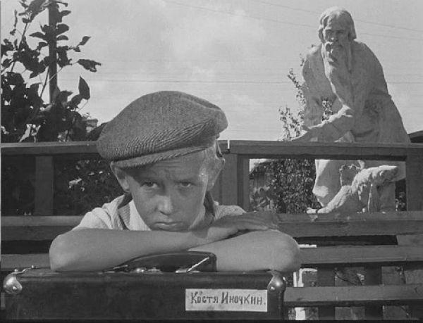 """На главную детскую роль - Кости Иночкина - пригласили Витю Косых (впоследствии у него была только одна запоминающаяся роль Даньки в киноэпопее """"Неуловимые мстители""""). Климов считал себя знатоком детской психологии: """"В работе с детьми нельзя сюсюкать, - говорил он. - Взрослые всегда ощущают себя педагогами, а детей видят недоумками. Но ребята, как и взрослые, бывают талантливые и не очень… Главное для режиссера - распознать, учуять органику. И вот так я напрактиковался, что уже через улицу видел: талантлив ребенок или нет"""". Витя Косых учился в школе, которая находилась по-соседству с """"Мосфильмом"""". Однажды в класс, где учился Витя, пришли взрослые из """"Мосфильма"""" и спросили: """"Кто умеет плавать?"""". Ребята сообразили: тех, кто умеет плавать, снимут с уроков. И все дружно подняли руки, в том числе и Витя, хотя плавать он не умел. Всех добровольцев (20 ребят) привезли на киностудию. Элем Климов попросил каждого прочитать басню или стихотворение. Виктор Косых впоследствии вспоминал, что читал он с выражением, как в школе учили. Но, кажется, не очень хорошо. Однако Климову понравился именно он. """"Потому что не фальшивил"""", - пояснил режиссер. Правда, сначала Витю утвердили на роль Марата - друга Кости. Вите это очень не понравилось, ведь, по сценарию, ребятам приходилось прыгать в крапиву, чтобы симулировать болезнь и отменить Родительский день. Поэтому, когда ему все-таки досталась главная роль, он очень этому радовался."""