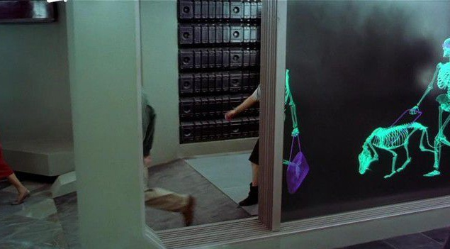 """Удивительно, что при всей масштабности и дороговизне фильма во """"Вспомнить все"""" есть лишь один серьезный компьютерный спецэффект. Помните пару эпизодов, когда главный герой вместе с другими пассажирами метро проходит через рентгеновский коридор? Зрители видят, как люди заходят в некое подобие комнаты, затем нам показывают шагающих скелетов, которые, наконец, снова преобразовываются в людей при выходе из помещения."""