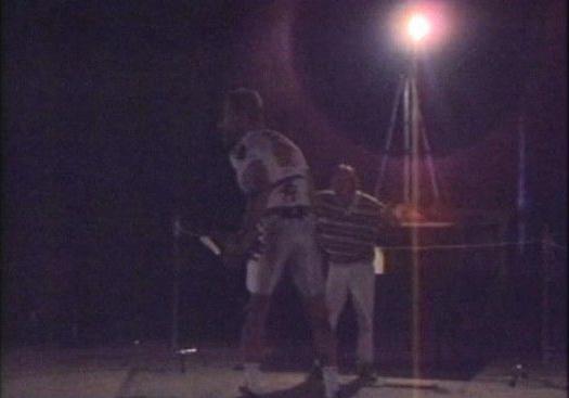 """Для начала с актеров, играющих в эпизодах с рентгеном, """"сняли"""" движения. На Арнольда Шварценеггера надели белый обтягивающий костюм с 18 отражающими свет сенсорами. Каждое движение актера одновременно записывали шесть черно-белых камер. Компьютер анализировал изменение месторасположения датчиков, устанавливал, что конкретный сенсор на определенной камере соответствует такому же сенсору, захваченному другими камерами."""