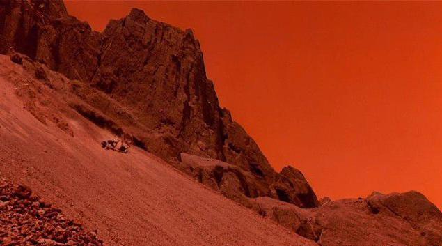 """Основные съемки """"Вспомнить все"""" проходили в Мексике. Здесь нашли пригодный ландшафт с красноватым песком. Именно в пустыне неподалеку от Мехико снимали один из последних эпизодов, когда злодей, главный герой и его женщина падают на землю, после чего у них начинают раздуваться лица."""