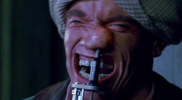 """Над образом мутантов работал Роб Боттин — один из лучших голливудских гримеров. Он использовал слепок головы Арнольда Шварценеггера, чтобы из пенорезины сделать макет лица, которое изображает целую бурю эмоций при вытаскивании из ноздри """"жучка"""". Несколько механических копий голов пришлось использовать в сценке с разряженной атмосферой и раздувающимися лицами."""