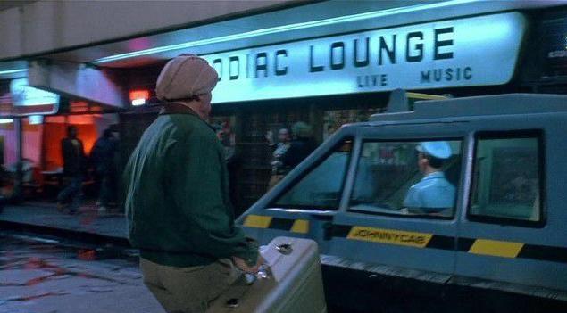 Наземного транспорта в фильме немного, а над дизайном того, что есть, долго не раздумывали. Например, для создания такси использовали шасси от старенького Volkswagen — пригодились его каркас и мотор.