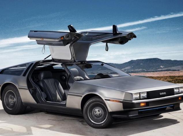 """Автомобиль, выпущенный компанией DeLorean, стал всемирно известным благодаря участию в трилогии """"Назад в будущее"""". К моменту съемок первой части фантастической эпопеи DMC-12 уже был снят с производства и, возможно, остался бы в забытьи, несмотря на всю амбициозность проекта. Но невероятный дизайн, делавший его похожим, по мнению режиссера Роберта Земекиса, на """"корабль пришельцев"""", и дал детищу Джона ДеЛориана счастливый билет в мировую славу. Однако идея построить машину времени на основе автомобиля к создателям фильма пришла не сразу. В первоначальном варианте сценария Доктор Эммет Браун должен был сконструировать свой аппарат сначала на базе лазерной установки, затем и вовсе на основе холодильника. Но Земекис был против того, чтобы дети, насмотревшись фильма, залезали в холодильники. К тому же он справедливо полагал, что машина времени должна быть мобильна, поэтому в третьем варианте сценария появился автомобиль."""