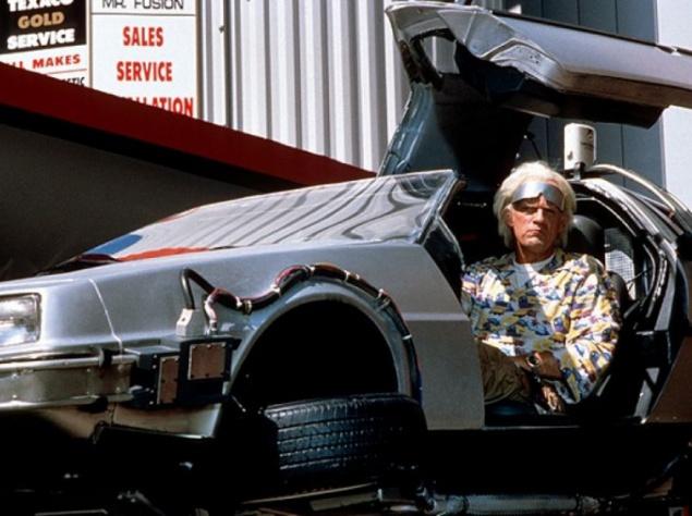 Сама история DeLorean DMC-12 достойна отдельной статьи, так как являет собой пример чрезвычайно интересного, но печального эксперимента. Автомобиль выпускался с 1981 по 1983 годы, его конструкция была донельзя оригинальной, внешний вид — отчаянно экстравагантным, и желающих приобрести новинку еще до старта ее производства оказалось довольно много. Однако далеко идущим планам талантливого инженера не было решено сбыться: ряд причин и событий привели его компанию к краху, а его самого — на скамью подсудимых, откуда он чудом не угодил за решетку. DMC-12 вышел в свет почти девятитысячным тиражом, после чего его производство было остановлено.