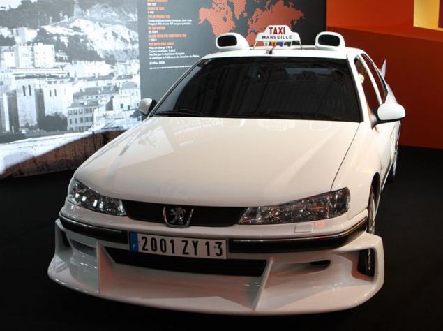 """В 1998 году на весь мир прогремел эксцентричный, динамичный и очень смешной боевик от Люка Бессона, в котором бесцеремонный марсельский таксист Даниэль, превратив свой Peugeot 406 в самый быстрый автомобиль города, не только повергает в шок дорожных блюстителей порядка, но и помогает полиции обезвредить банду коварных грабителей на черных """"Мерседесах"""". Оригинальный Peugeot 406, задействованный в фильме, и без того был довольно мощным и динамичным: 207 """"лошадок"""" под капотом и потенциал разогнаться до 240 км/ч."""